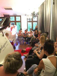 lokal pełen ludzi słuchających wydarzenie w studio