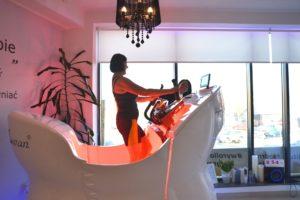 Klientka ćwiczy na swan shaper trening modelujący sylwetkę ćwiczy i chudnie
