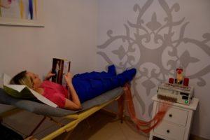 Klientka podczas zabiegu limfodrenaż, czytająca magazyn Sftudio Figura