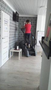 Kobieta ćwicząca na Stair Climber