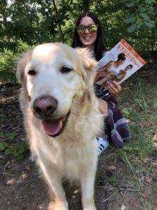 Zabawa podczas spaceru z psem jednocześnie przeglądając magazyn