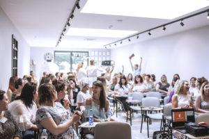 Sala przepełniona szkolącymi się nowymi Studiami