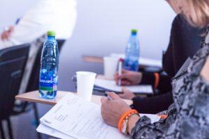 Słuchacze notują podczas szkolenia
