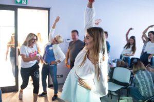 Zabawa, tańce na rozgrzewce słuchaczy studio figura szkolenie wprowadzające dla nowych gabinetów