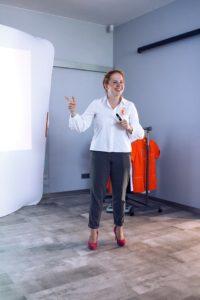 Prelegant panel kosmetyki mówca przeprowadza szkolenie