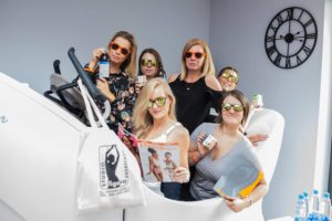 Zespół studio figura wykonuje ciekawe zdjęcie konkursowe z akcesoriami studio figura